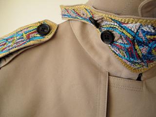 「100年コート」「ダブルトレンチコート」の 松岡亮氏の刺繍を入れたアートコート